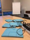 Les comprimés sur la table dans le bureau sur la recharge Photo stock