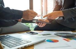 Les concepts d'affaires, deux hommes consultent des affaires avec le comprimé Images stock