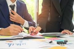 Les concepts, les hommes d'affaires et les secrétaires d'affaires fonctionnent le togeth Image libre de droits
