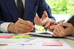 Les concepts, les hommes d'affaires et les secrétaires d'affaires fonctionnent le togeth Photo libre de droits