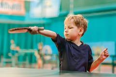 Les concours dans le ping-pong, l'enfant joue le ping-pong Photo stock