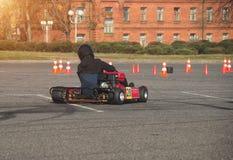 Les concours de kart, conducteur de kart conduit un kart dans la perspective d'un bâtiment antique, plan rapproché, sport mécaniq photographie stock