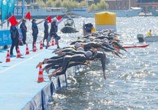 Les concurrents de femme sautent dans l'eau Images stock