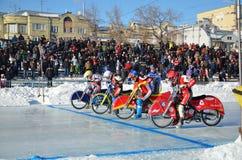 Les concurrents de speed-way de glace mettent en marche la cuvette de la Russie Images libres de droits