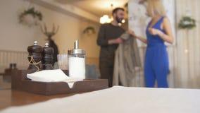 Les condiments de cabine de wagon-restaurant devant des couples sont entrés dans un café clips vidéos