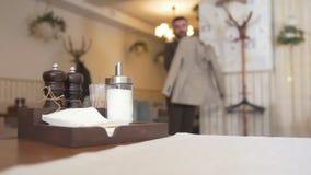 Les condiments de cabine de wagon-restaurant sur la table devant des clients de couples sont entrés dans un café clips vidéos