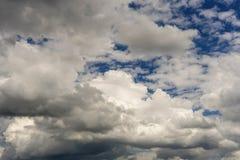 Les conditions climatiques obscurcies avec des cumulus Photo libre de droits