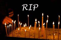 Les condoléances pleurent le concept de carte de DÉCHIRURE Signe de jour de souvenir Bougie photos stock