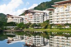 Les condominiums le long de l'homme ont fait le lac Photos stock