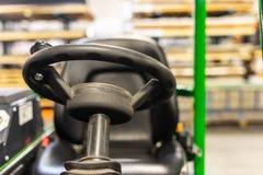 Les conducteurs de chariot élévateur roulent et asseyent dans l'usine photos stock