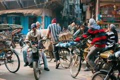 Les conducteurs de cycle essayent de ne pas faire un accident aux carrefours Image libre de droits
