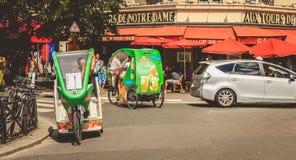 Les conducteurs de taxis de bicyclette attendent des clients devant une terrasse photos libres de droits