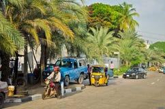 Les conducteurs des tuks jaunes de tuk manient leur commerce habilement autour de ville portuaire Photographie stock