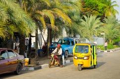 Les conducteurs des tuks jaunes de tuk manient leur commerce habilement autour de ville portuaire Photos stock