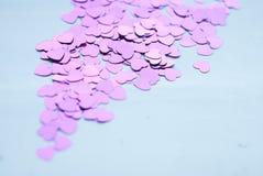 Les confettis colorés sur le fond clair, de petits coeurs se lèvent, Photo stock