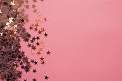 Les confettis en forme d'?toile ont dispers? sur un fond rose C?l?bration et partie, concept Copiez l'espace images stock