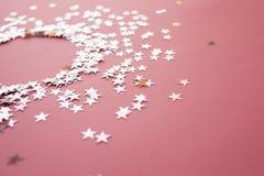 Les confettis en forme d'?toile ont dispers? sur un fond rose C?l?bration et partie, concept Copiez l'espace photos libres de droits