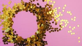 Les confettis en forme de coeur ont dispers? sur un fond rose C?l?bration et partie, concept Copiez l'espace photographie stock libre de droits