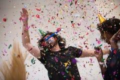 Les confettis font la fête le groupe de personnes multi-ethnique Photographie stock libre de droits