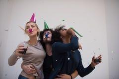 Les confettis font la fête le groupe de personnes multi-ethnique Photo libre de droits