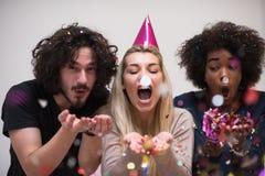 Les confettis font la fête le groupe de personnes multi-ethnique Photographie stock