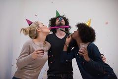 Les confettis font la fête le groupe de personnes multi-ethnique Image libre de droits