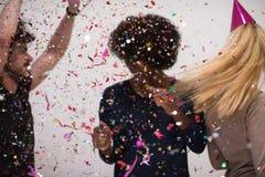 Les confettis font la fête le groupe de personnes multi-ethnique Image stock