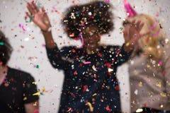 Les confettis font la fête le groupe de personnes multi-ethnique Images libres de droits