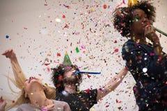 Les confettis font la fête le groupe de personnes multi-ethnique Photos stock