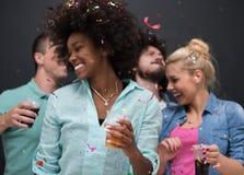Les confettis font la fête le groupe de personnes multi-ethnique Photo stock
