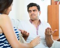 Les conjoints fâchés ayant domestique discutent Photo stock