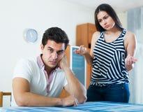 Les conjoints fâchés ayant domestique discutent Photo libre de droits