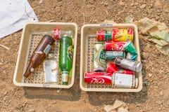 Les Conseils commandent préparent des tamis dans l'étang d'enlèvement des ordures Photo libre de droits