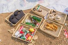 Les Conseils commandent préparent des tamis dans l'étang d'enlèvement des ordures Photographie stock libre de droits