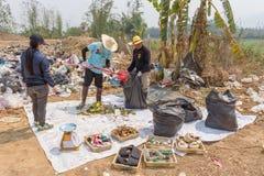 Les Conseils commandent préparent des tamis dans l'étang d'enlèvement des ordures Photos stock