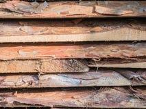 Les conseils empilés sur l'un l'autre Panneaux de pin Se trouvant le règlage les conseils, pile de pin embarque sur le bâtiment Photographie stock