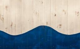 Les conseils en bois blancs ont peint avec le bleu et forment une forme de vague Photographie stock libre de droits
