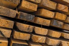 Les conseils en bois une rangée de la pile de matériaux de construction de l'extrémité de faisceaux ont directement coupé le harv photos libres de droits