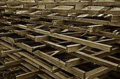 Les conseils foncés ont plié le gril sous forme de pyramide image stock