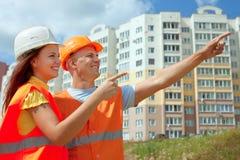 Les constructeurs d'OE fonctionne au chantier de construction Photographie stock libre de droits