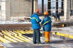 Les constructeurs discutent des technologies dans la construction Images libres de droits