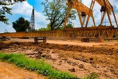 Les constructeurs en construction de pont construisent un béton et un stee Photographie stock libre de droits