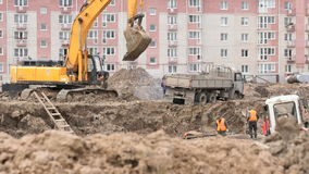Les constructeurs fonctionnent dans le grand puits d'argile pour la construction banque de vidéos