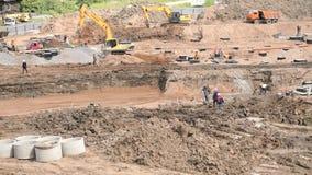 Les constructeurs travaillent au chantier de construction en été clips vidéos