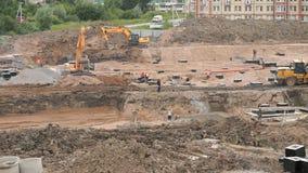 Les constructeurs travaillent au chantier de construction en quelques jours d'été clips vidéos