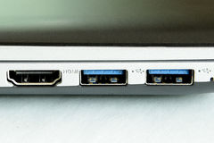 Les contacts de prises de hdmi d'usb d'ordinateur s'allument outre de l'électricité photographie stock libre de droits