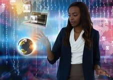 Les contacts du monde et de dispositif connectent et les airs émouvants de femme d'affaires devant des codes virtuels de nombre image libre de droits