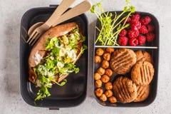 Les conteneurs sains de préparation de repas avec le quinoa ont bourré les patates douces, image libre de droits
