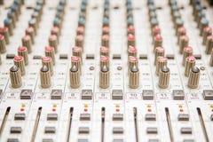 Les contrôles détaillent sur enregistrer le mélangeur audio Image libre de droits