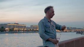 Les contrôles d'homme chronomètrent la rivière de soirée d'eau potable et le ciel nuageux banque de vidéos